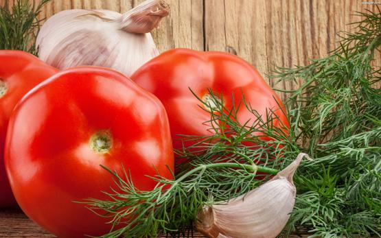 pomidory czosnek