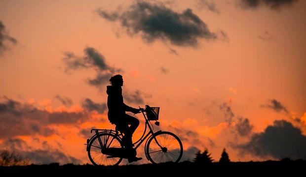 rower-rowerzysta-niebo-zachod-slonca-620x360