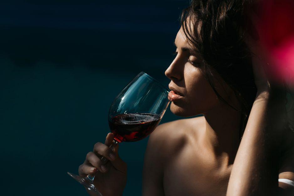 czerwone-wino-poprawia-uzebienie